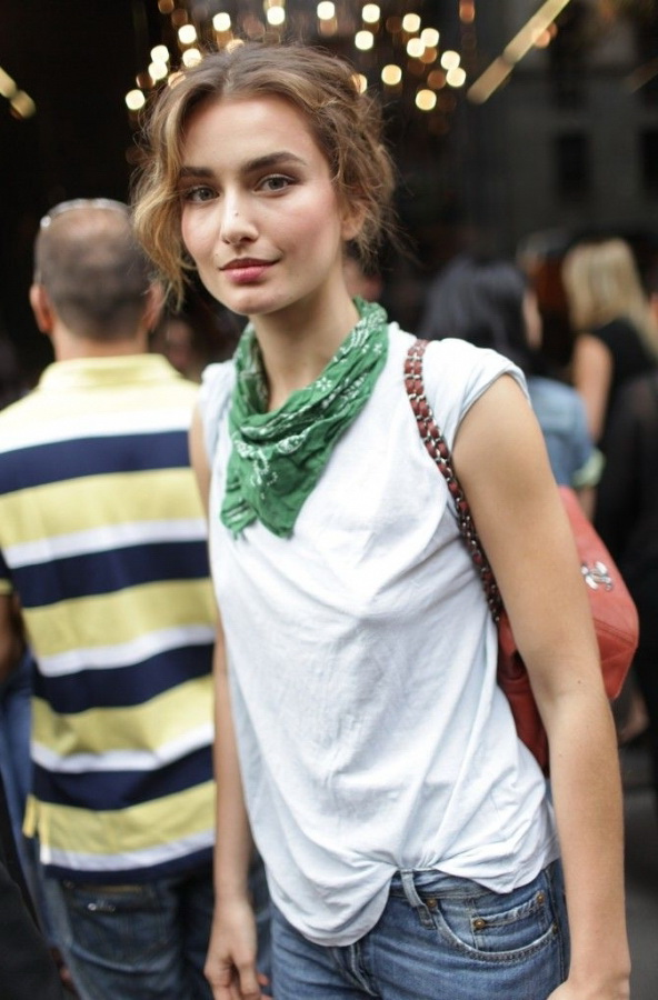 How to wear and tie a scarf in summer 2018 fashiontasty green bandana scarf is worn around neck this pretty addition will brighten up any casual outfit urmus Choice Image